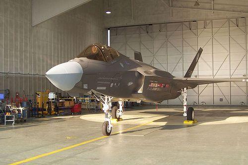 800pxf35_in_hangar